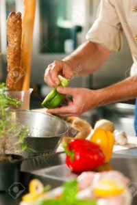 10427689-gros-plan-d-un-chef-cuisinier-dans-un-restaurant-de-cuisine-commerciale-de-travail-il-est-la-pr-para-banque-dimages